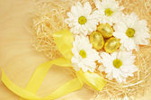 Golden eggs and flowers for Easter — Stock Photo