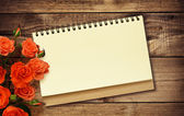 メモ帳とバラ — ストック写真