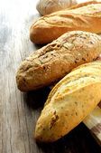 焼きたてのパン、小麦、木製の — ストック写真