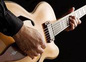 Tocando la guitarra jazz personalizado — Foto de Stock