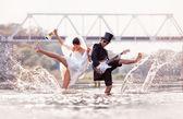 Mariée et le marié est heureux dans la rivière — Photo