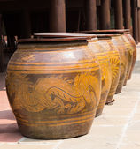 Water jar with dragon pattern and wooden lid — Stock Photo