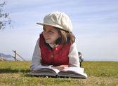 公園で勉強していた少女 — ストック写真