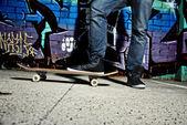 Benen av en skateboardåkare — Stockfoto