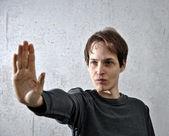 Hombre con su mano levantada — Foto de Stock