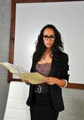 Γυναίκα των επιχειρήσεων εξετάζοντας ορισμένες εκθέσεις — Φωτογραφία Αρχείου