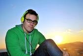 Escuchar música de hombre — Foto de Stock