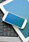 オフィス コンピューターと携帯電話 — ストック写真