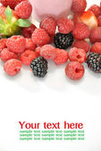 Whole strawberries, blackberries and raspberries  — Stock fotografie
