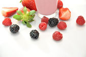 Whole strawberries, blackberries and raspberries  — Stockfoto