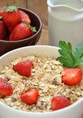 Tazón de cereal con leche y fresas — Foto de Stock