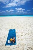 пляжное полотенце находится на пляже — Стоковое фото
