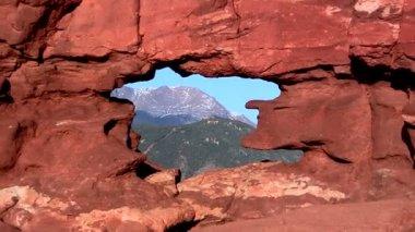 Pikes Peak mountain through Siamese Twins rock formation — Stock Video