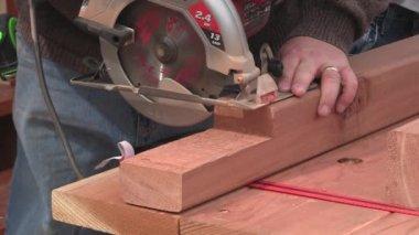 Mann und junge Holz Sägen — Stockvideo
