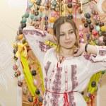 素敵な女の子は復活祭の卵のブルーバックに立っています。 — ストック写真