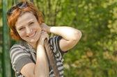 肖像的美丽微笑的红头发女孩与太阳镜 — 图库照片