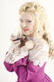 Portret dziewczyny, piękne, atrakcyjne i uśmiechnięty ubrany jak staruszka modne przy lampce czerwonego wina na białym tle — Zdjęcie stockowe