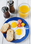 Fresh breakfast with eggs — Stock Photo