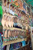 обувь на рынке в арпоре, северный гоа, индия — Стоковое фото