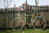 Old bicycle leaning on the fence — 图库照片