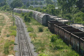 Yük treni platform demiryolu kırsal bir sahne, bir pas ile kaplı nakliye konteynerler boş demiryolu izler — Stok fotoğraf