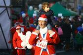 Mensen in santa claus kostuums deelnemen aan de race — Stockfoto