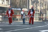 Gens en costumes de père Noël prennent part à la course — Photo