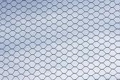 Protezione di recinto di filo metallico isolato su sky per sfondo — Foto Stock