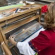 Woman weaving carpet Bulgaria — Stockfoto