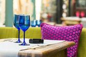 Prázdný modré brýle na restauraci u stolu — Stock fotografie