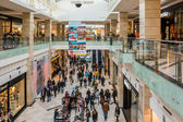 People Shopping In Luxurious Shopping Mall — Stock Photo