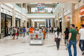 People Shopping In Luxurious Shopping Mall — Stockfoto