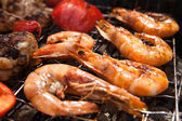 Grilled prawns on the barbecue rack at the garden party — Stock Photo
