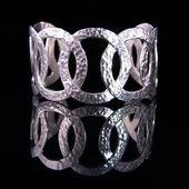 Piękna Srebrna bransoletka na czarnym tle — Zdjęcie stockowe