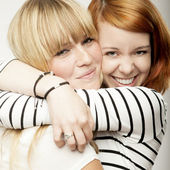 Red and blond haired girls laughing and hug — ストック写真
