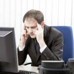 empresário preocupado com uma dor de cabeça — Foto Stock