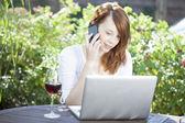 женщина, работа из дома, сидя на открытом воздухе — Стоковое фото