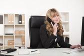 Vänliga affärskvinna chattar på telefonen — Stockfoto