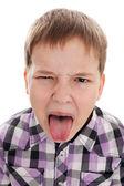 Ritratto di ragazzo disobbediente che sta mettendo fuori la lingua — Foto Stock