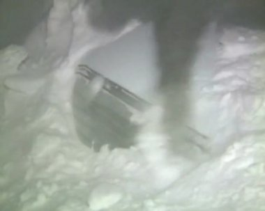 男子清除积雪从一辆汽车在一次降雪 — 图库视频影像