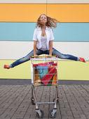 Alışveriş arabası ile kız — Stok fotoğraf