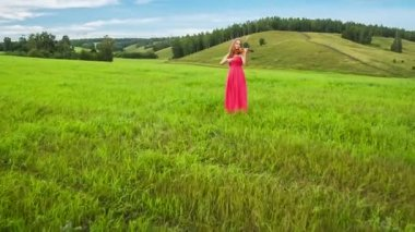 Violinist plays on a green meadow — Stockvideo
