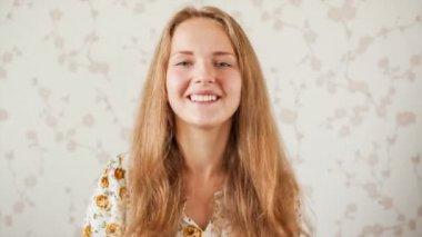 Adolescente se comunica por webcam — Vídeo de stock