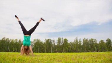 Young woman tumbling wheel — Stock Video