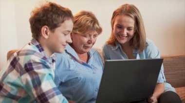 The teenagers explains how an elderly person to Use a Laptop — Stock Video