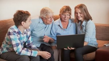 The teenagers explains how an elderly persons to Use a Laptop — Stok video