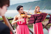 Girls plays violin — Stockfoto