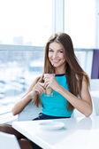 Bir kahve dükkanında otururken, güzel genç bir kadın portresi — Stok fotoğraf