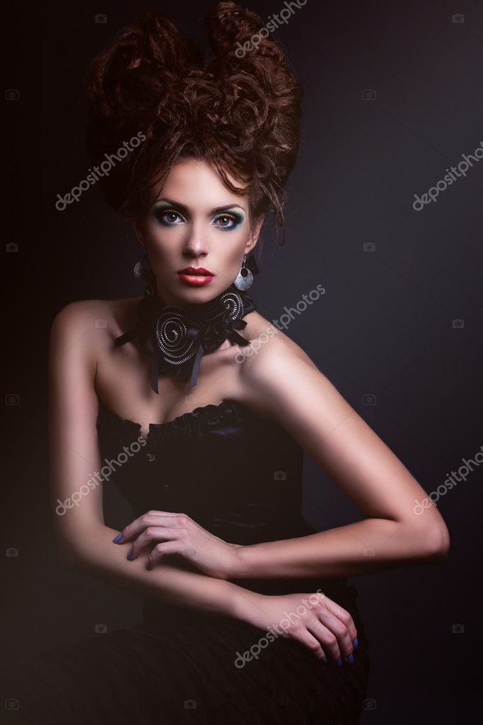 芸術的な顔とゴシック様式のスタイリッシュな女性のファッション性の高い