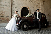 Wedding couple with old car — Stock Photo